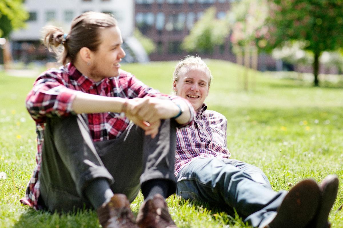 Två unga män i stadsparken  Medgivande enligt PUL finns i SLF:s diarium