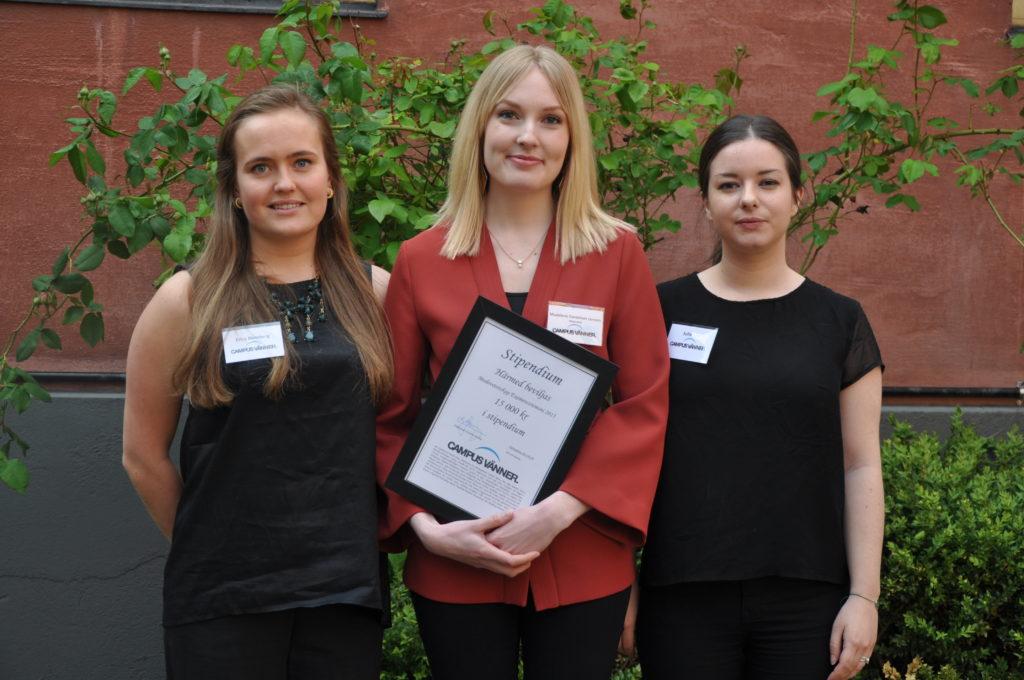 Stipendietagare visar sitt stipendium